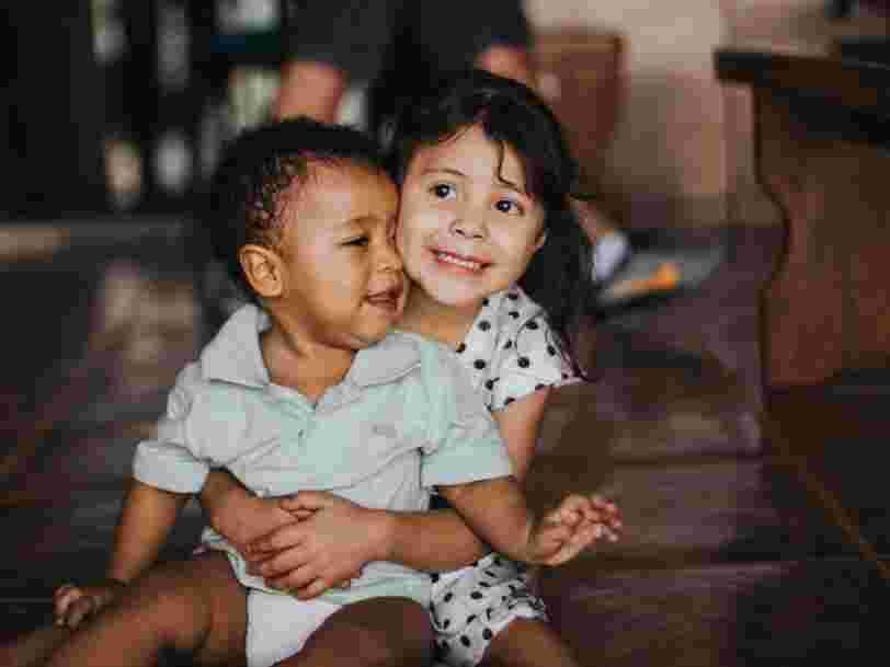 Les enfants ayant une grande sœur développeraient plus tôt le langage que ceux qui ont un grand frère