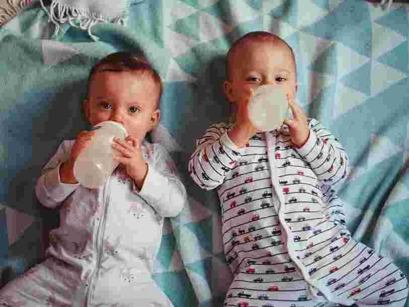 Voici les laits pour bébé Nestlé et Danone à éviter selon Foodwatch, qui alerte sur la présence d'huiles minérales toxiques