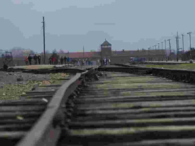 Des décorations de Noël avec des images d'Auschwitz vendues sur Amazon