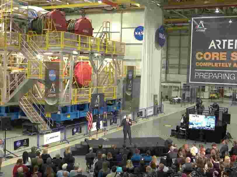 La NASA a dévoilé l'étage principal finalisé de sa fusée censée ramener des humains sur la Lune