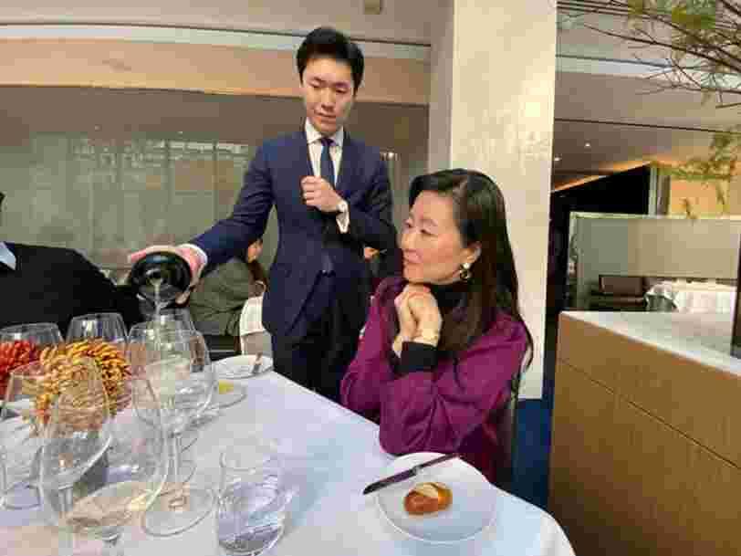 La sommelière de Singapore Airlines explique pourquoi la compagnie dépense 30 M$ en vin et en champagne
