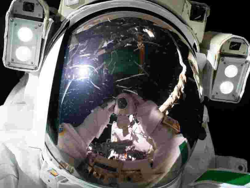 Un astronaute italien prend un incroyable selfie pendant qu'il flotte dans l'espace