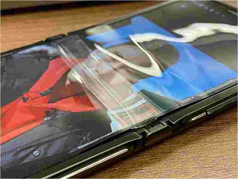 La réédition du Motorola Razr à clapet a déjà des problèmes, son écran pliable se décolle