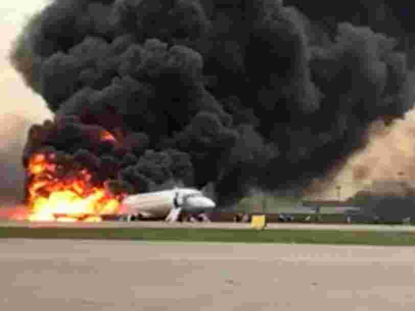 """""""Un éclair a frappé l'avion"""" qui a atterri en feu à Moscou, selon un rescapé"""