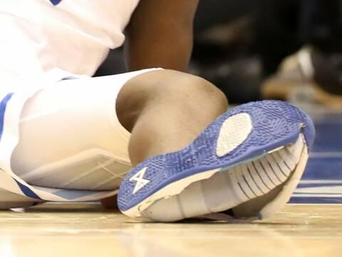 La basket Nike d'un basketteur américain explose. L'action