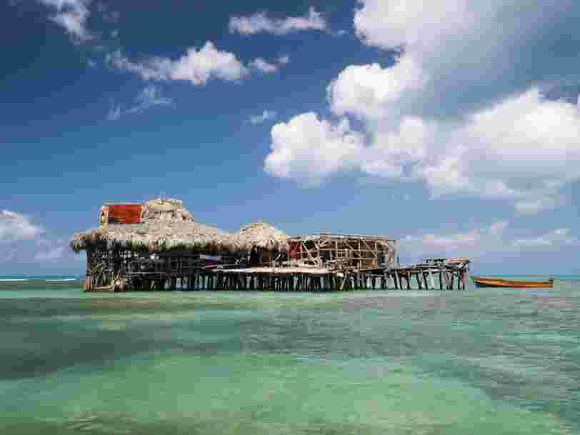 Ce bar sur pilotis en Jamaïque cherche un barman pour un remplacement d'une semaine