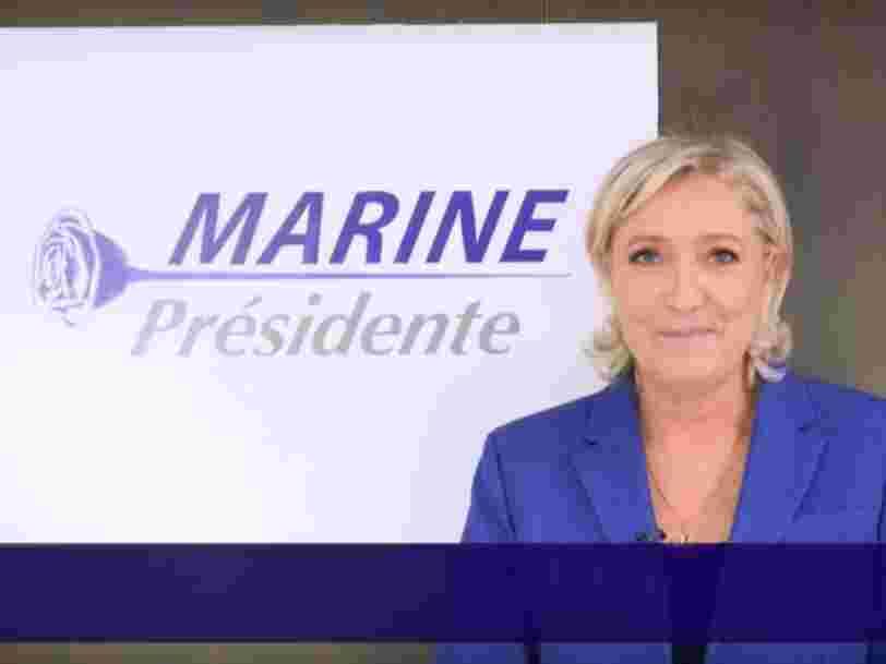 Le logo du FN a progressivement disparu de la communication de Marine Le Pen — ces photos de discours le montrent