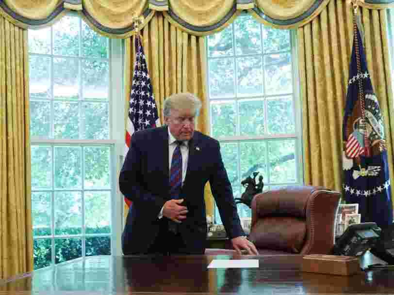 Donald Trump imprime les tweets à son sujet qu'il apprécie, les signe et les envoie à leurs auteurs