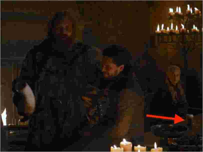 Les fans de 'Game of Thrones' ont repéré un gobelet de café sur une table dans l'épisode 4