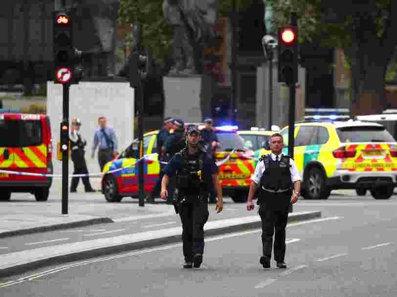 Un homme a renversé des passants en voiture et percuté une barrière de sécurité près du Parlement britannique à Londres —l'incident est traité comme un 'acte terroriste'