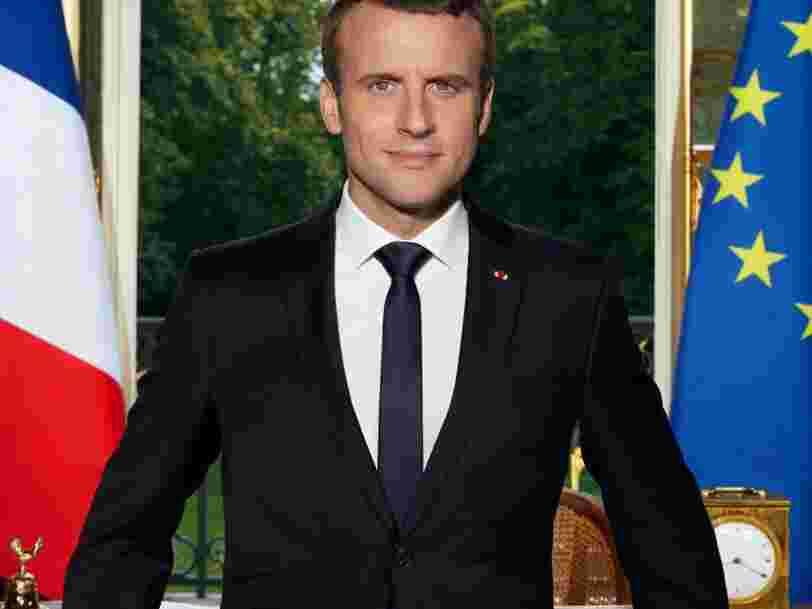 Il ne faut jamais fermer le dernier bouton de sa veste de costume — Emmanuel Macron l'a bien compris