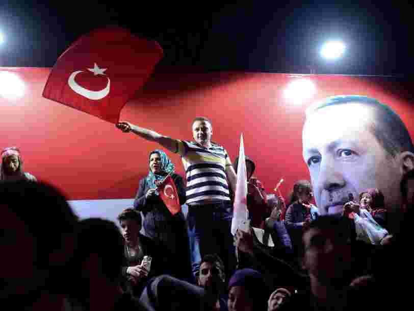 Le président turc obtient une courte victoire au référendum qui élargit ses pouvoir —l'opposition conteste