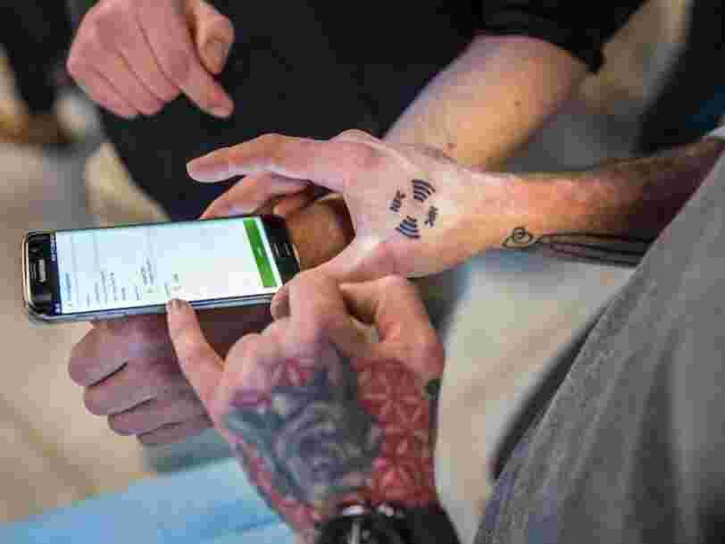Des employés belges ont implanté une puce RFID sous leur peau — voici les applications actuelles et futures