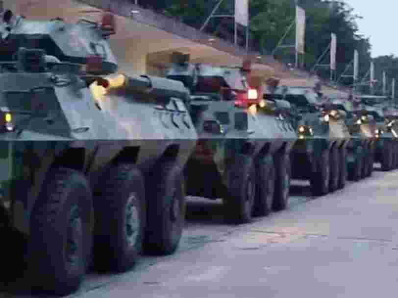 Des vidéos montrent les tanks de la police militaire chinoise affluer à proximité de Hong Kong