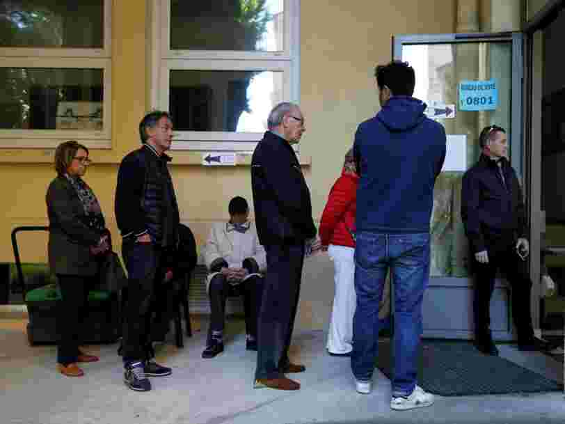 Les Français votent pour le second tour de l'élection présidentielle de 2017