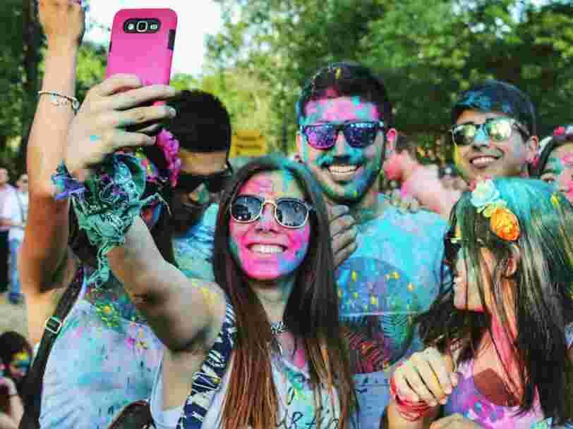 2 psychologues pensent que prendre des selfies tout le temps pourrait être le signe d'un trouble mental appelé 'selfitis'
