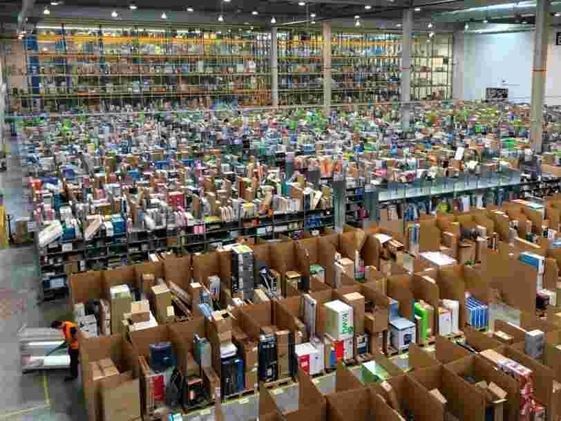 Les colis ont l'air entassés n'importe comment dans les entrepôts d'Amazon —voici pourquoi c'est en fait très astucieux