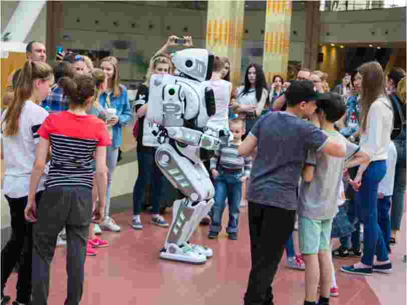 Ce robot 'high tech' passé à la télévision russe était en fait un homme en déguisement