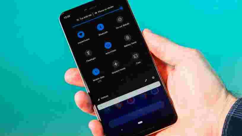 Google a finalement confirmé quelque chose que les gens suspectaient depuis longtemps — le mode sombre sur les téléphones Android permet d'économiser de la batterie