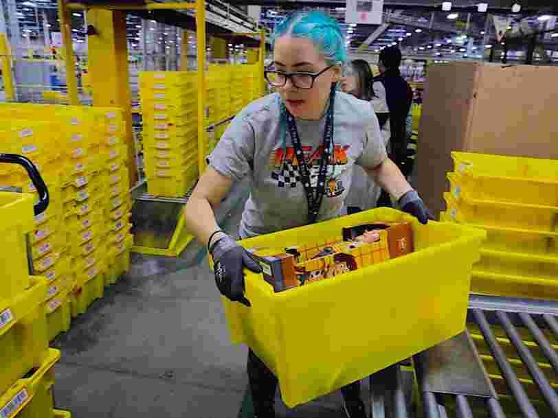 Un auteur qui s'est infiltré dans les entrepôts d'Amazon au Royaume-Uni a rapporté que certains employés 'faisaient pipi dans des bouteilles' de peur d'être punis pour avoir pris une pause