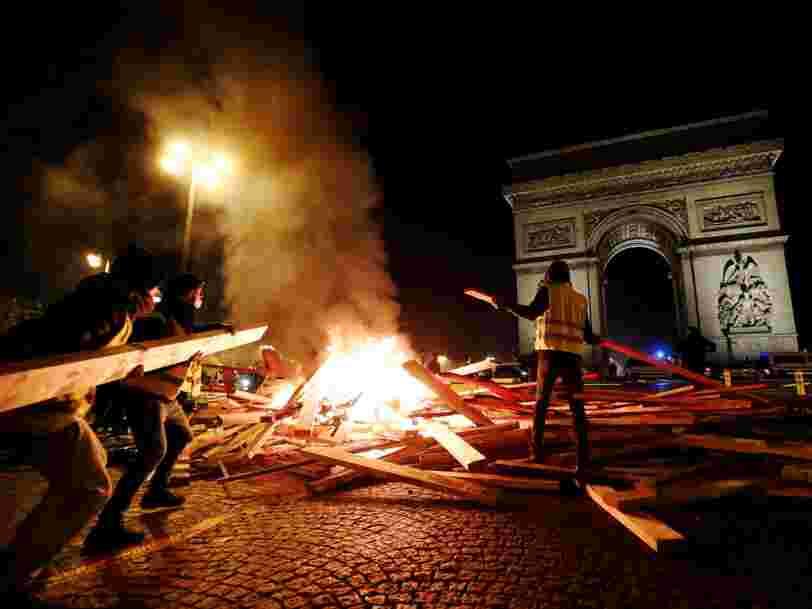 Plus de 100.000 'Gilets jaunes' se sont rassemblés ce samedi en France — et des violences ont eu lieu sur les Champs-Elysées à Paris