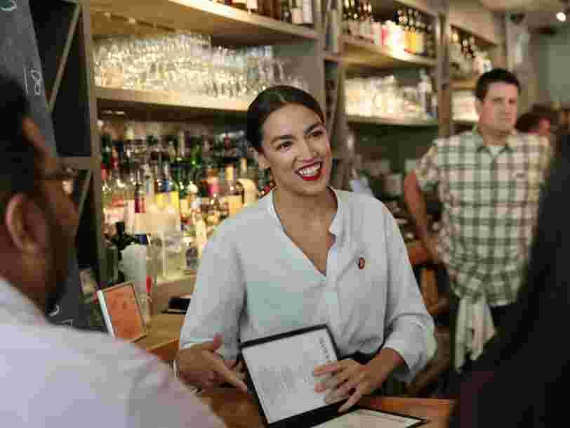 L'élue démocrate Alexandria Ocasio-Cortez renfile son tablier de serveuse pour appeler à relever le salaire minimum