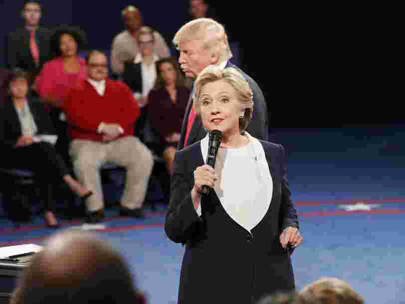 Le comportement bizarre de Donald Trump pendant le deuxième débat de la présidentielle américaine a fait flipper les internautes