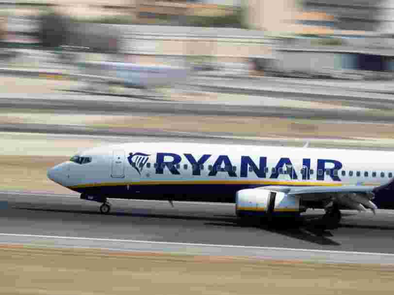 Ryanair se fait incendier sur les réseaux sociaux pour ne pas avoir débarqué un passager raciste après la publication d'une vidéo où on le voit insulter une femme noire