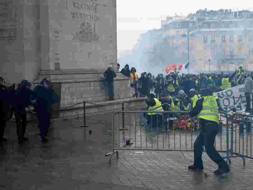 EN IMAGES: Grands magasins évacués, Arc de Triomphe tagué, voitures incendiées — Paris a été vandalisée par des émeutiers à l'occasion de la manifestation des 'Gilets jaunes'