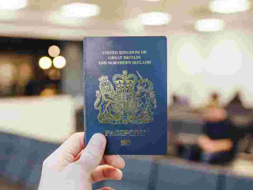 'Une ironie irréelle': pourquoi les règles européennes font que les passeports bleus du Royaume-Uni seront fabriqués en France après le Brexit