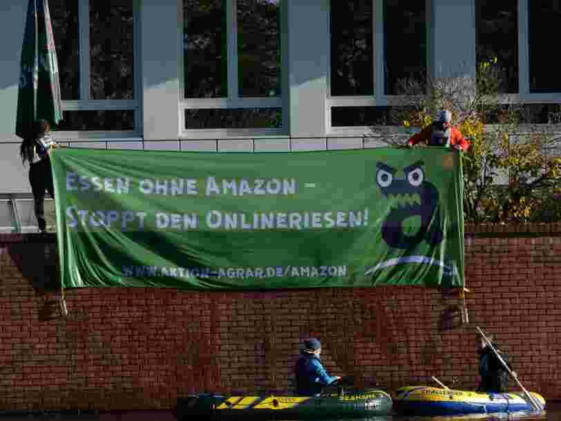 Des salariés d'entrepôt d'Amazon en Allemagne protestent contre les conditions de travail lors de la plus grande journée de ventes de l'année pour le géant de l'e-commerce