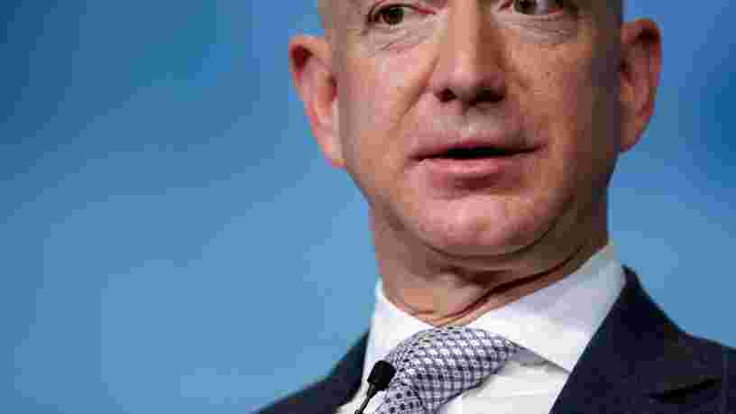 Des employés d'Amazon se préparent à questionner leur PDG Jeff Bezos lors d'une réunion de tout le personnel sur la vente d'un logiciel de reconnaissance faciale à la police américaine