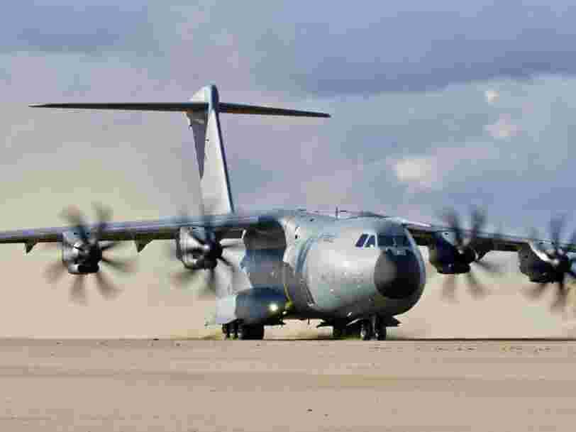 Le ventre du mastodonte militaire d'Airbus, capable de transporter plus d'une centaine de parachutistes, des chars ou encore des hélicoptères, est ouvert au public près de Toulouse