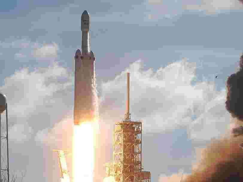 SpaceX a lancé la fusée la plus puissante du monde — et envoyé la Tesla Roadster d'Elon Musk vers Mars