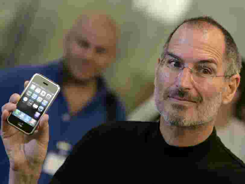 2 équipes d'ingénieurs d'Apple se sont affrontées pendant 2 ans pour inventer le premier iPhone — voici à quoi il a failli ressembler