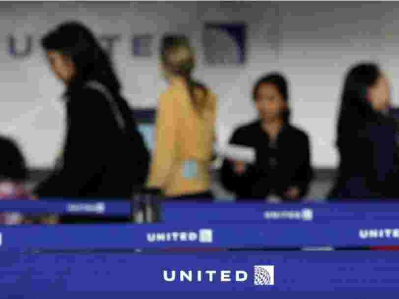 Des clients menacent de boycotter United Airlines après qu'un passager a été violemment traîné hors d'un avion