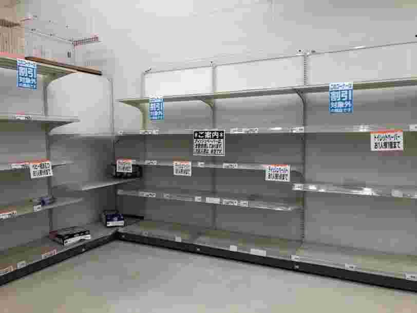 Coronavirus : ces photos montrent que les supermarchés sont dévalisés en France comme au Japon, en Pologne ou aux Pays-Bas