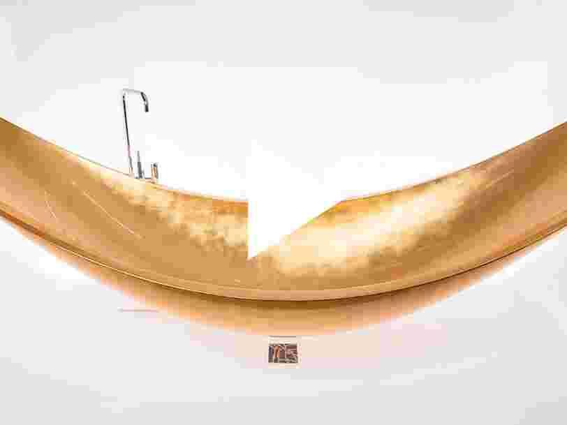 VIDEO: Cette baignoire en forme de hamac est recouverte de feuille d'or 24 carats