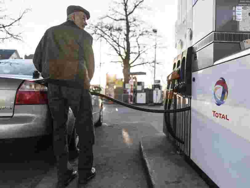 La chute du pétrole va faire baisser les prix à la pompe, mais aura aussi de lourdes conséquences sur l'économie