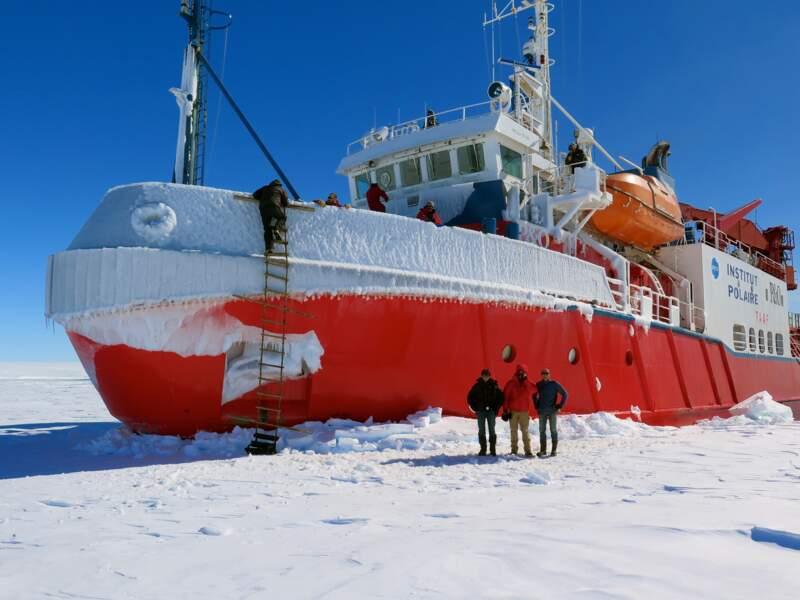 """Le brise-glace """"L'Astrolab"""" permet de rejoindre par la mer la base de Dumont d'Urville"""