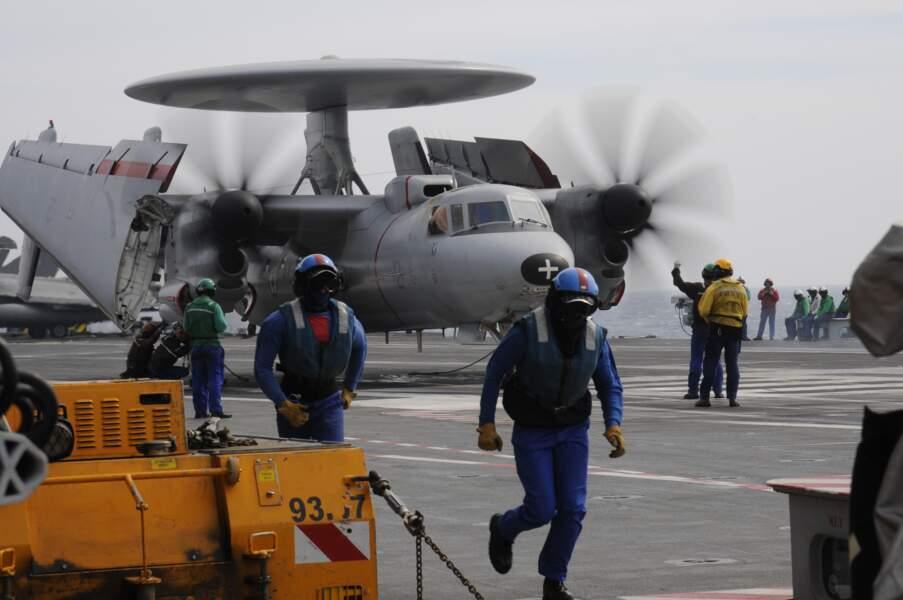 Sur le pont d'envol, cet avion radar Hawkeye s'apprête à décoller.