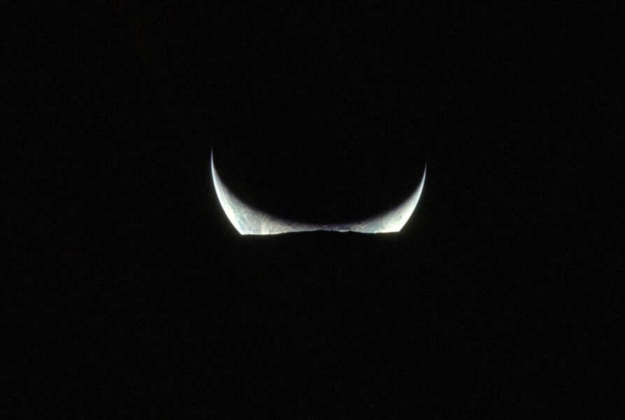 12. Un croissant de Terre à l'horizon