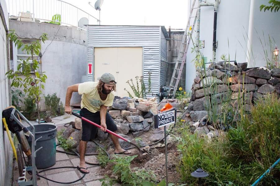 Erik plante un cerisier sur sa propriété