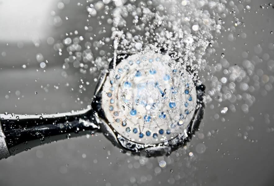 Prenez une douche chaude puis froide (tout va bien se passer, je vous rassure)