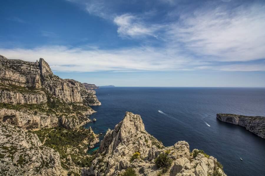Marseille s'étend sur 57 kilomètres de côtes, dont 24 kilomètres de calanques