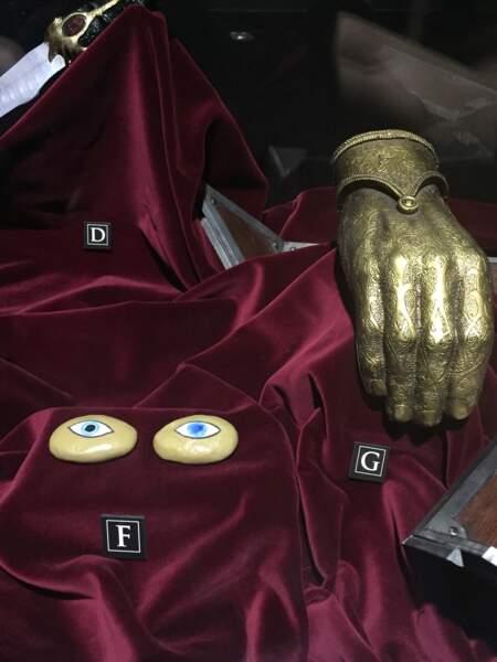 Les yeux de pierre utilisés pour les funérailles et la main de Jaimie