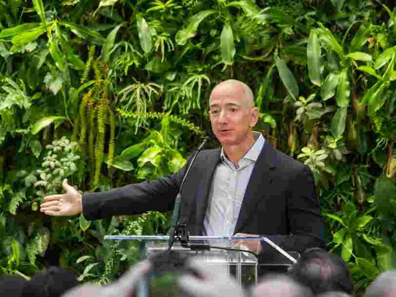 Amazon augmente les salaires et recrute 100 000 personnes pour répondre à l'explosion des commandes