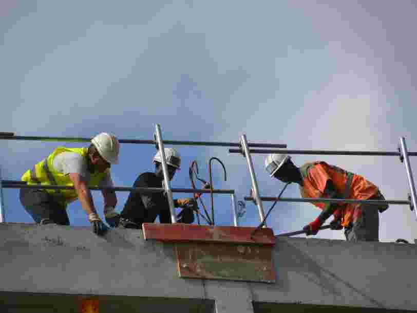 Le gouvernement incite entreprises et salariés à poursuivre le travail malgré les risques liés à la présence physique
