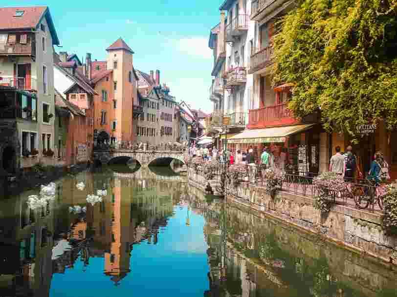 Des affiches 'à vendre' de commerçants d'Annecy renvoient vers le numéro de l'Élysée