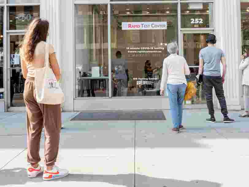 Des New-Yorkais paient des gens pour faire la queue à leur place devant les centres de dépistage du Covid-19